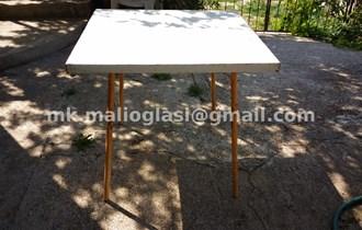 Bijeli metalni stol