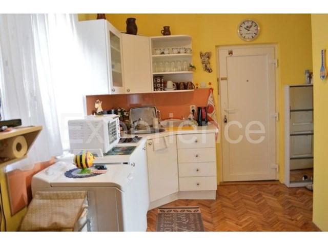 U starogradskoj jezgri grada Vrsara - stan u prizemlju zgrade, kompletno reno...