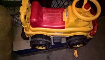 Prodajem dječiji auto na pedale jako malo korišten vrlo povoljno