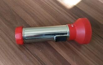 Ručna svjetiljka na C baterije, crvena