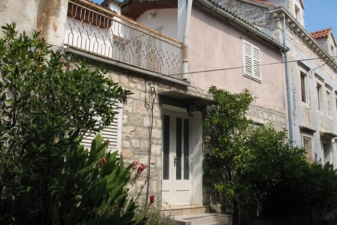 PRILIKA Kućište: Kamena kuća kraj mora nasuprot Korčule