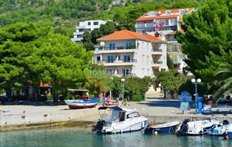 Makarska, apartmanska kuca na šljunčanoj plaži na prodaju