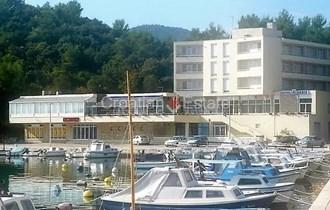 Ploče, hotel u centru uz more na prodaju