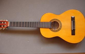 Prodajem ručno izrađenu belgijsku akustičnu gitaru–proizvođač: STAGG, model C-510, veličina 3/4. Malo korištena, prvi vlasnik i bez oštećenja