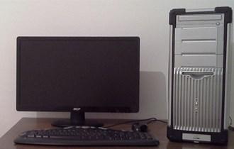 Kompjuter, monitor, tipkovnica, miš i svi kablovi