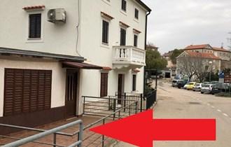 Poslovni prostor: Vrbnik, na parkiralištu u centru, 55 m2 prostora + 24 m2 terase (iznajmljivanje)