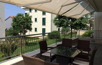 Novalja,  luksuzni apartman s velikom terasom okružen zelenilom