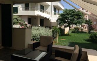 Novalja, 3-sobni apartman u prizemlju s velikom terasom, vrt, zelenilo