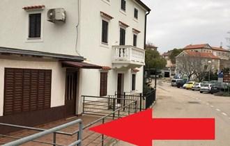 Poslovni prostor: Krk - Vrbnik, na parkiralištu u centru, 54 m2 prostora + 24 m2 terase (iznajmljivanje)