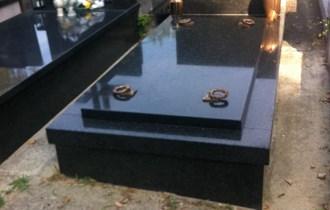 Mirogoj prazan grob kompletan od granita