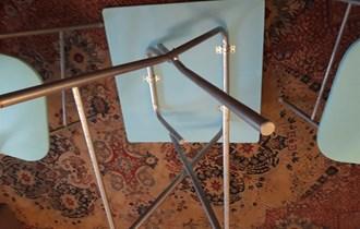 Stol i dvije stolice sa cvjetovima