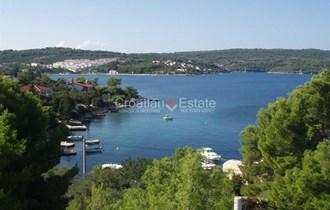 Otok Šolta, kuća sa velikom okućnicom, prvi red uz more, prodaja