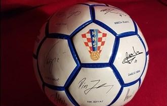 Nogometna lopta s orginalnim potpisima igraca