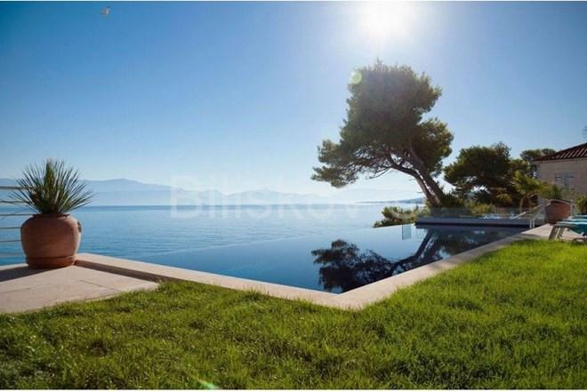 Brač, Sutivan, luksuzna villa, prvi red do mora.