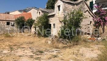 Brač, Bol, kamena kuća sa građevnim zemljištem, prodaja