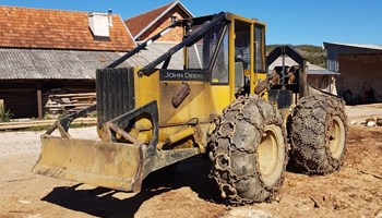 Šumski traktor JOHN DEERE
