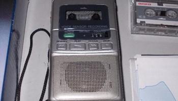 Diktafon AIWA TP-M520 na mikro kazetu, nekorišten, potpuno ispravan, uključuje se glasom, srebrni
