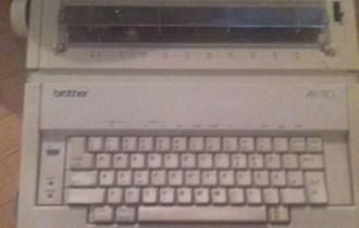 Prodajem električnu pisaću mašinu,099 8862 576