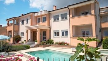 Nova kuća sa šest stanova i bazenom blizu Pule