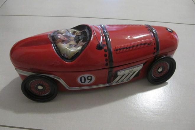 Metalni stari autić crvene boje,duzina 28cm,saljem i postom