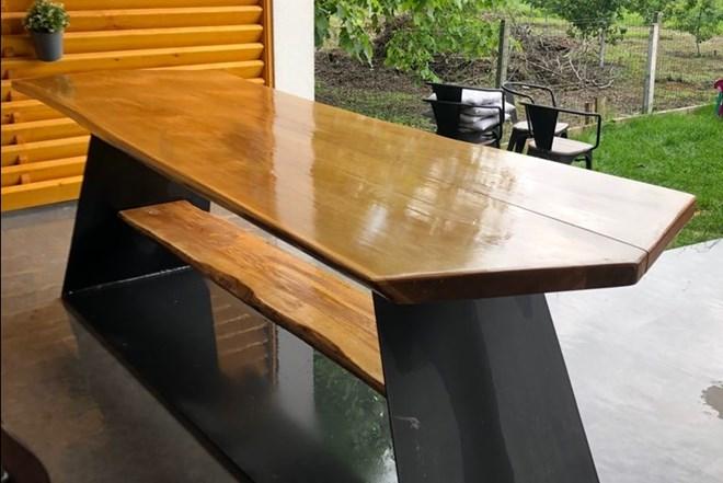 Drveni stol s metalnim postoljem
