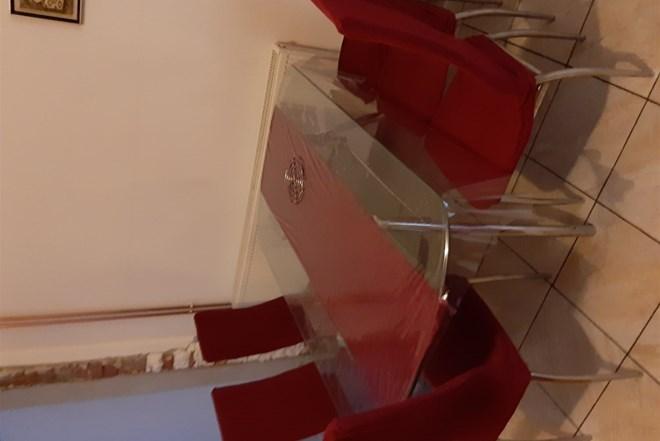 Prodajem stol s stolicama