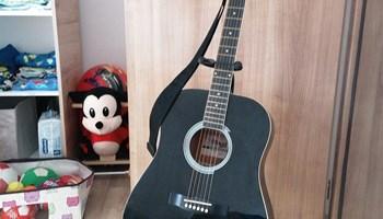 Akustićna gitara.