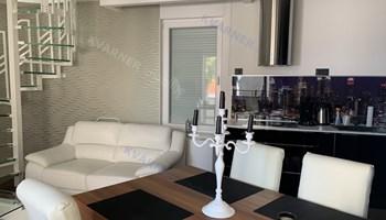 Njivice - luksuzni stan sa bazenom i panoramskim pogledom na