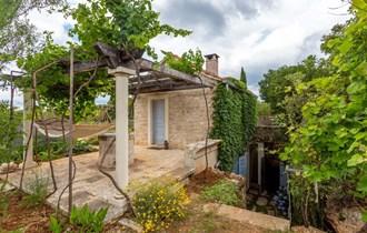 Kuća s pratećim objektima, pristupom u spilju i poljoprivrednim zemljištem, Pučišća, Brač