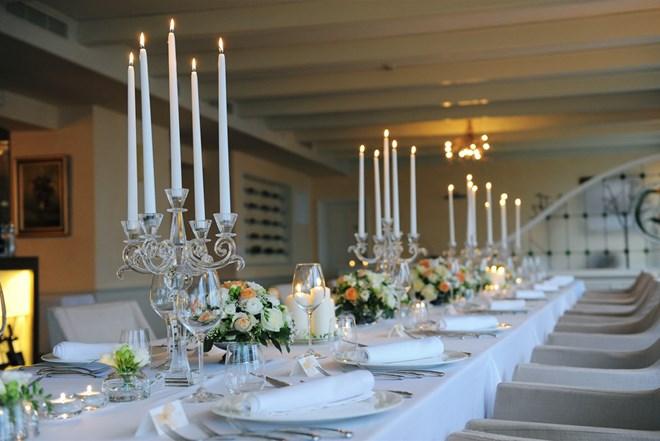 svijećnjaci i vaze za dekoraciju stolova