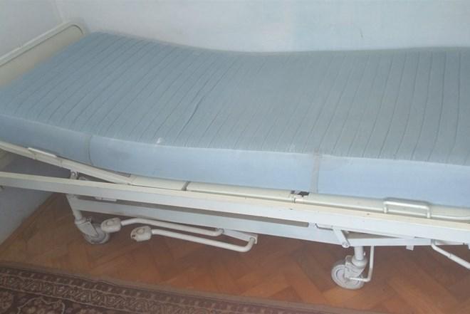 Prodajem bolnički krevet sa madracem i pomagalom za dizanje