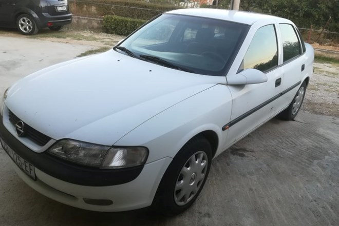 Opel Vectra 1,8 8 v automatik hitno povoljno