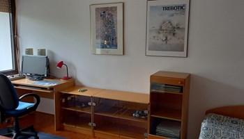 Jarun klimatizirana soba 18m2 + lođa 6m2 u 3-sobnom stanu 1400kn/mj. + režije 400kn studentu/ci ili zaposlenoj osobi nepušaču/ci