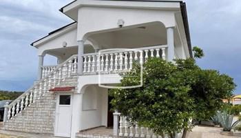 Ražanac - kuća 3 apartmana 250m2 pogled more 249000€