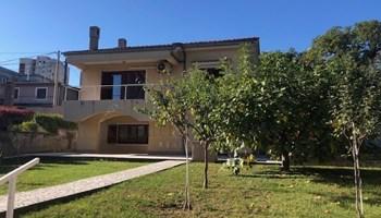 Kuća sa velikom okućnicom na predivnoj lokaciji