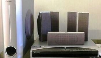 Kućno kino PIONEER XV-DV313, DVD/CD player, FM/AM stereo radio 30 memorija, pojačalo ukupno 450W (6X75W), 6 zvučnika, scart, chinchevi, optički izlaz, srebrno, vrlo malo korišteno, potpuno ispravno, kao novo