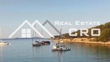 Nekretnine Brač - Zemljište u prvom redu, s dva legalna objekta, na prodaju, Brač, južna strana