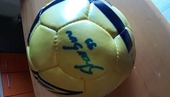 Lopta sa potpisom Anas Sharbini za vrijeme igranja u Hajduku.