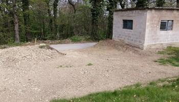 Građevinsko zemljište, klijet i podrum s vinogradom