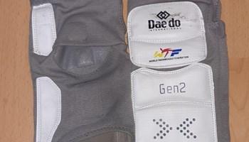 DAEDO taekwondo WT elektronski štitnici Gen2 za noge imaju senzore na području rista i pete.