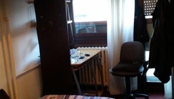 Iznajmljujem sobu sa upotrebom kupaonice, kuhinje, dnevnog boravka, velike terase.