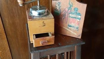 Starinski drveni mlinac za kavu