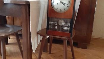 Stari drveni zidni sat