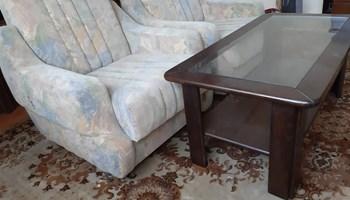Dvije fotelje i stolić
