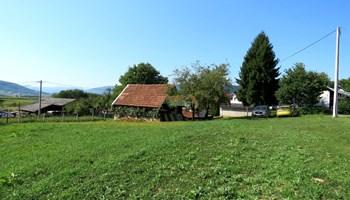 Manja kuća i gradilište nedaleko centra Ogulina